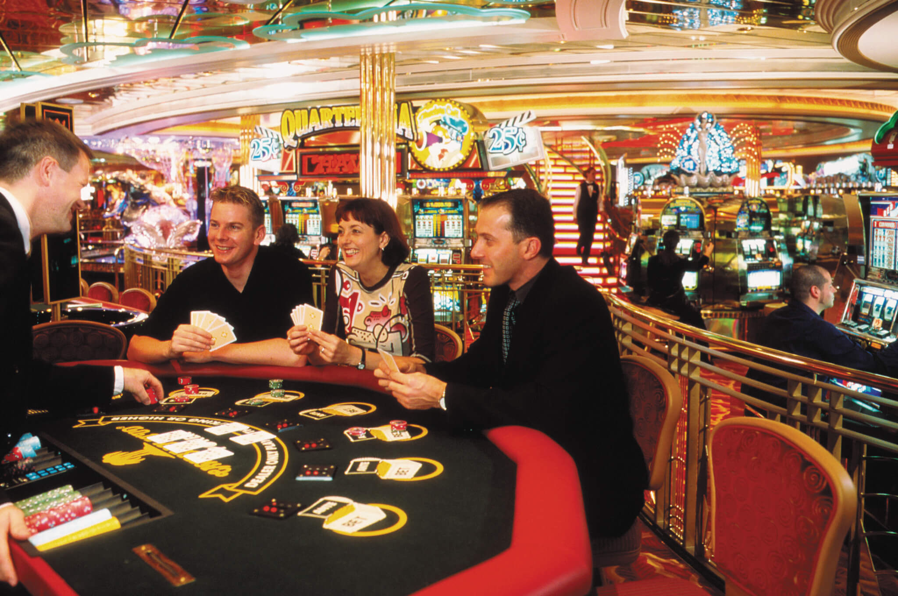 Круизный лайнер Adventure of the Seas - Казино (People Gambling)