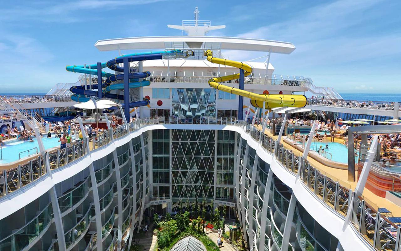 Круизный лайнер Harmony of the Seas - Вид на прогулочную зону лайнера