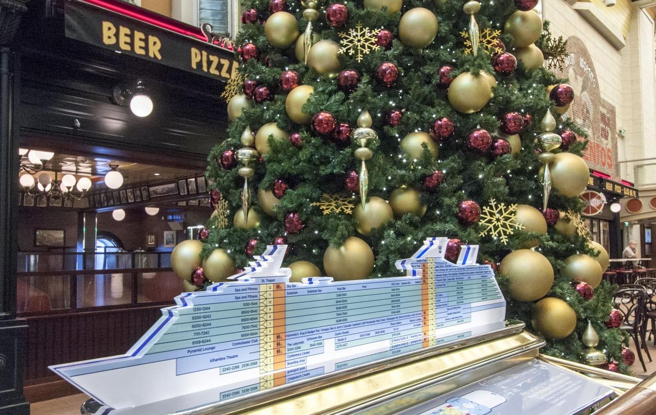 Круизный лайнер Independence of the Seas - RCI_Independence_Christmas_Promenade-8