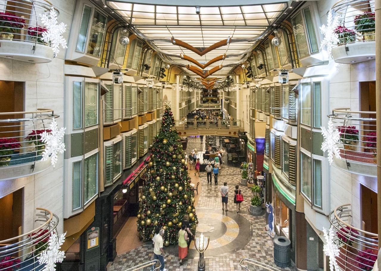 Круизный лайнер Independence of the Seas - RCI_Independence_Christmas_Promenade-40_edit