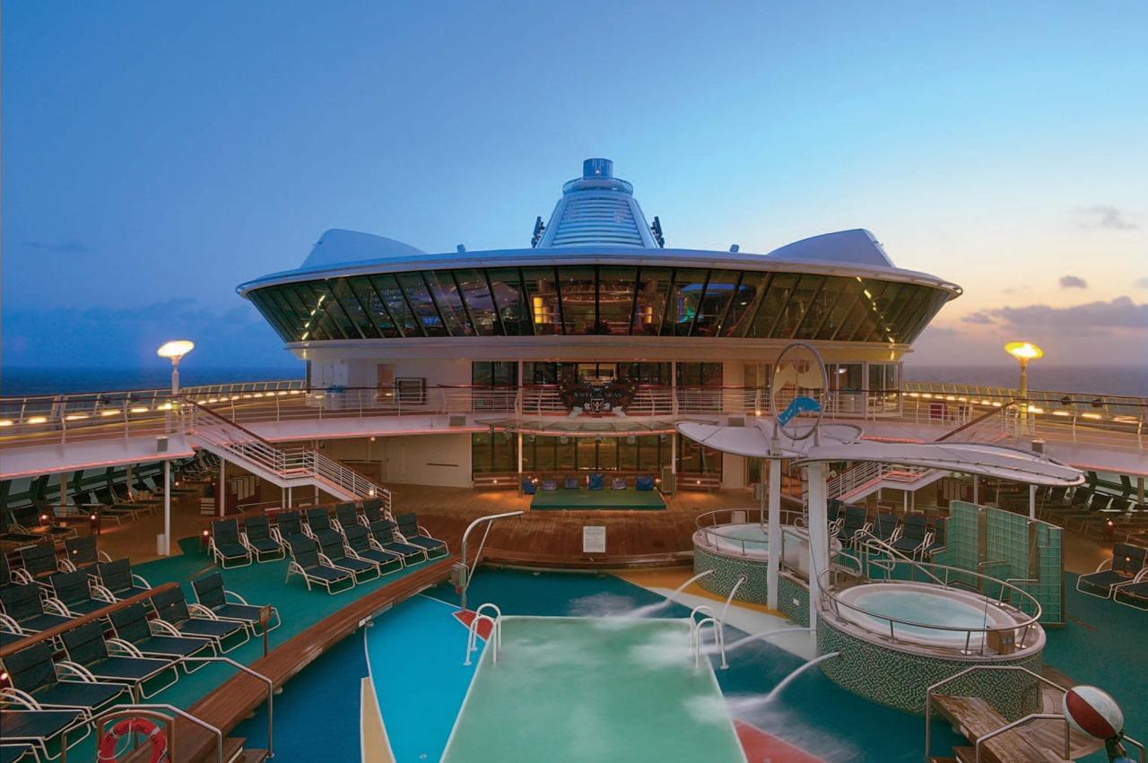 Круизный лайнер Jewel of the Seas - Бассейн (Onboard Pool)