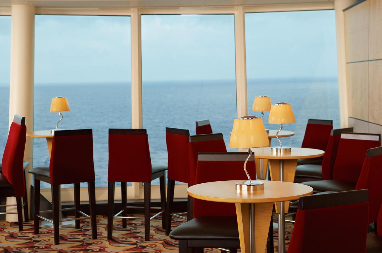 Круизный лайнер Liberty of the Seas - Гостиная, бар (Viking Crowne Lounge)