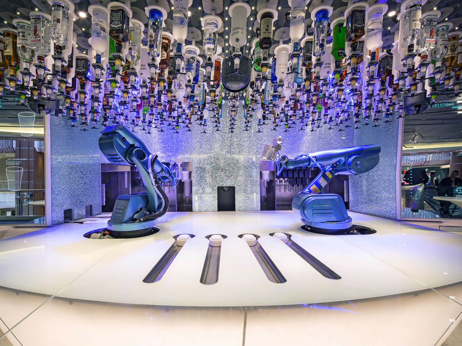Круизный лайнер Ovation of the Seas - Бар с роботами Bionic Bar