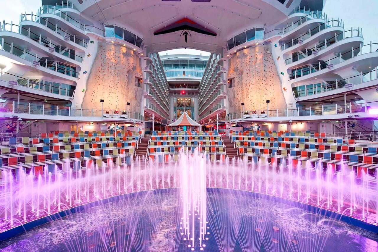 Круизный лайнер Allure of the Seas - Акватеатр (Aquatheater)