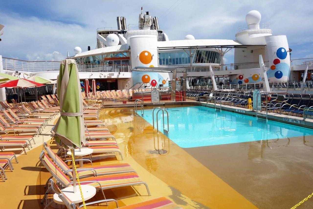 Круизный лайнер Allure of the Seas - Пляжная зона (Beach Pool area)