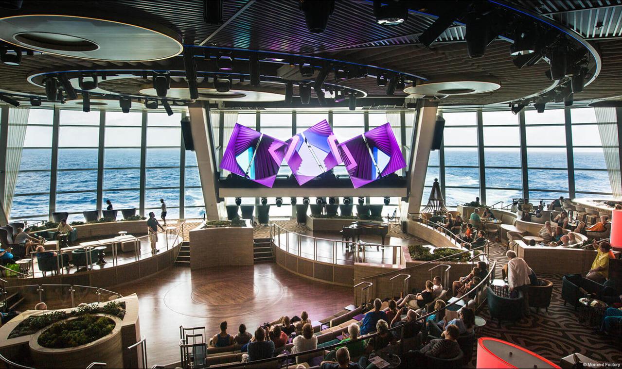 Круизный лайнер Quantum of the Seas - Панорамный зал Two70 (днём)