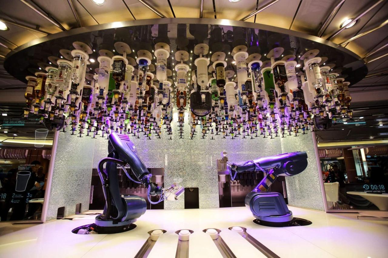Круизный лайнер Quantum of the Seas - Бар с роботами-манипуляторами