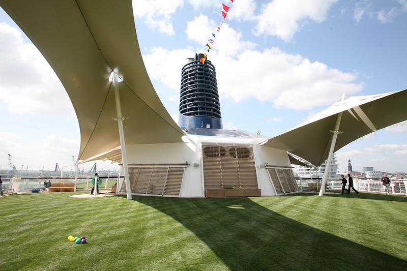 Круизный лайнер Celebrity Eclipse - Лужайка на палубе (The real grass top deck)