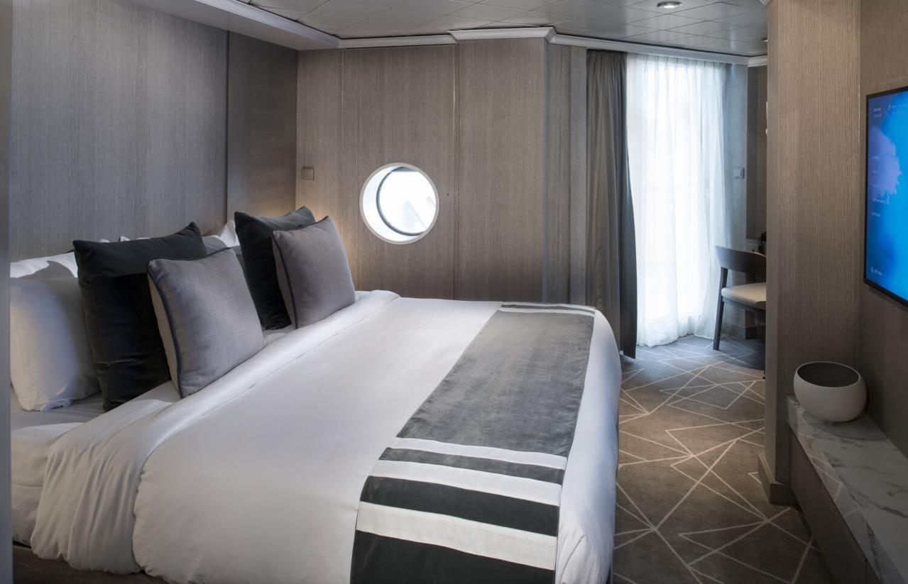 Круизный лайнер Celebrity Millennium - ML19-RoyalSuite-BedroomR