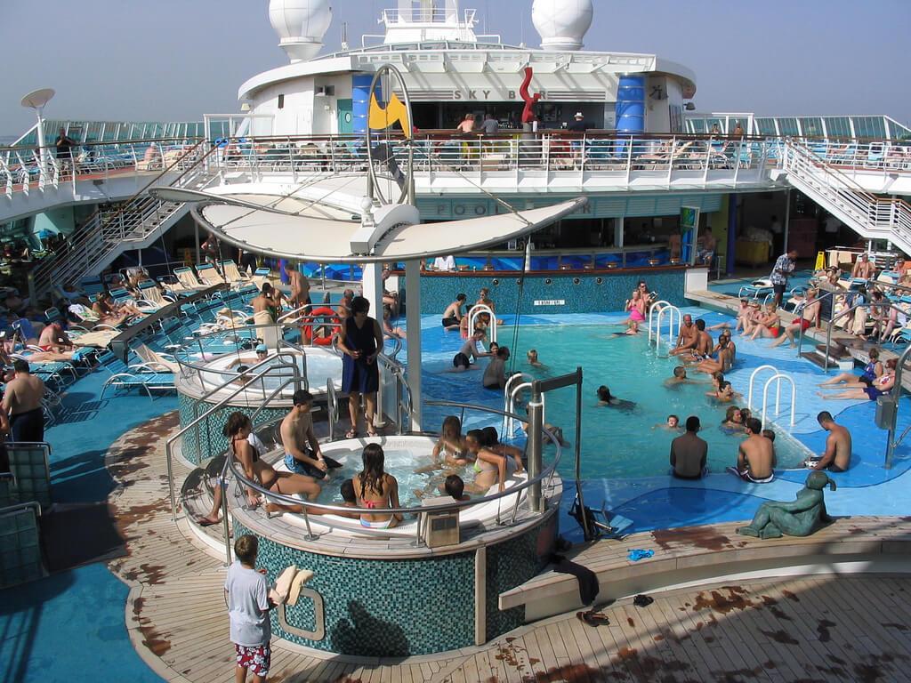 Круизный лайнер Brilliance of the Seas - Бассейн (Pool)