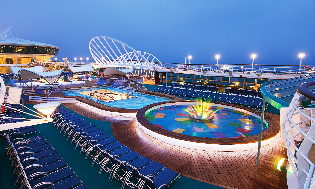 Круизный лайнер Enchantment of the Seas - Бассейн, вечерний вид (Pool night)