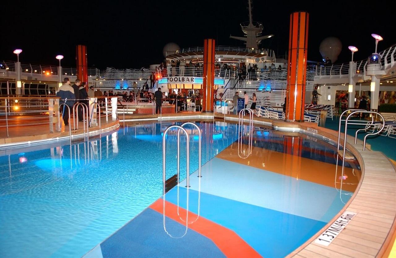 Круизный лайнер Freedom of the Seas - Бассейн вечером (Night Pool)